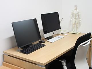 診察室と経穴人形