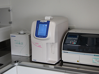 白血球測定機(左)と生化学ドライケム(右)